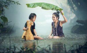 雨を楽しむ親子